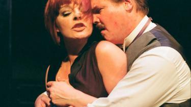 Odense Teater spiller Tribadernes nat op i ondeste potens med Anders Gjellerup Koch som en modbydeligt veloplagt macho-Strindberg