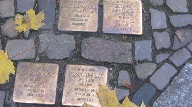 Snublesten, eller Stolpersteine, som de hedder på tysk, er små messingplader sat fast på en be-tonsten, som er lagt foran huse, hvor der boede jøder, der blev deporteret under nazismen.