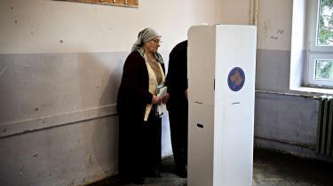 Kun 45 pct. af Kosovos vælgere fandt det besværet værd at gå til valgurnerne i søndags.'Folk bliver mere og mere ligeglade med politik,' siger Vjosa Dobruna, tidligere lokalminister.