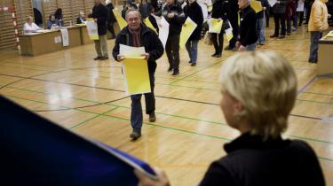 Trods muntre miner og stemmesedler i flere farver var stemningen knuget af frygt på Christianshavns Skole under gårsdagens valg, skriver                      avisens udsendte reporter.