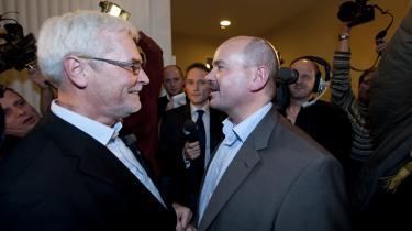 Odense er en af de steder, hvor den siddende borgmester blev vraget af vælgerne. Den siddende konservative borgmester Jan Boye (th.)   måtte overgive borgmesterkæden til den socialdemokratiske   Anker Boye (tv.).