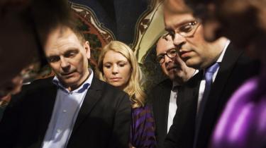 Dramaet. Partilederrunden kom til at vige pladsen for det virkelige drama. Her er det spidserne på KØbenhavns rådhus, der studerer stemmetallene.