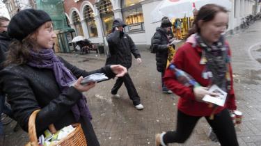 SF'eren Stina Willumsen deler løbesedler ud på gaden i Odense forud for kommunalvalget tirsdag, hvor hun med et kanonvalg på 11.349 personlige stemmer blev den kommunalpolitiker, der fik sjette flest stemmer.