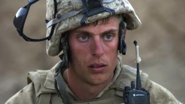 En amerikansk marinesoldat i det sydlige Afghanistan. Med finanskrisen har mange af de hjemvendte soldater svært ved at finde job, og de melder sig derfor til militærtjeneste igen og igen. Dermed stiger også risikoen for at få varige psykiske mén.