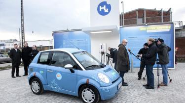 Erhvervslivet vil have stabile og høje priser på CO2-kvoter ellers kan det ikke betale sig at investere i et renere teknologi. Københavns første brinttank-station åbnede i forrige uge for at vise vejen for at begrænse CO2-udslip, mens Klaus Bondam (billedet) stadig var teknik- og miljøborgmester. Københavns Kommune har et ambitiøst mål om CO2 - neutralitet i 2025 og har som led mod at nå målet indkøbt otte nye brintbiler.