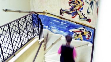 Asger Jorn kedede sig under de revolutionære foredrag på en kongres i Havana i 1968, så han bad om at få lov at male revolutionen. Det kom der bl.a. dette vægmaleri ud af.