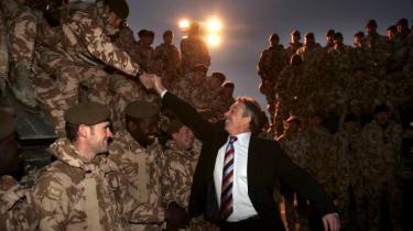 Tony Blair ventes at skulle vidne for den kommission, der i går påbegyndte kulegravningen af Storbritanniens engagement i Irak-krigen. Her hilser Blair på de britiske soldater i Basra den 17. december 2006.