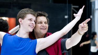 Myten Peter Schaufuss smiler sammen med sin 16-årige søn, Luke, der er debuteret som voksen danser i Peter Schaufuss Ballettens 'Tommy', der spiller på Århus Teater i næste uge. For Schaufuss fortsætter sine forestillinger, kulturministerafvisning   eller ej.