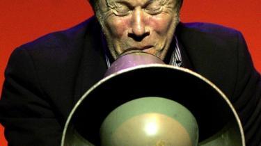 Tom Waits er blevet 60, men har ikke tabt energien i sine sjældne koncerter - heller ikke på cd.