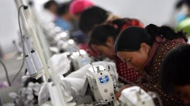 Tekstilindustrien var den første af en lang række brancher, der for 25 år siden begyndte at flytte produktion ud af Danmark til lande som Kina. Nu mener DI, at mange udflytninger var en fejl.