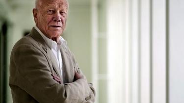 Mærsk Mc-Kinney Møller ødelagde den arkitektoniske idé med Operaen og truede bagefter Henning Larsen til at lægge navn til. Det siger arkitekten i ny bog