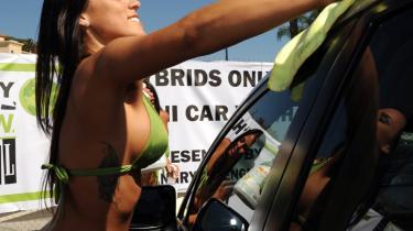 Californien er kommet lidt tættere på Økotopia end så mange andre samfund. 'Der sker økotopiske ting her,' siger forfatter Ernets Callenbach, der i 70'erne skrev sin fremtidsutopi 'Ecotopia'. F.eks. er der i dag et program for 'En million sol-tage', som guvernør Arnold Schwarzenegger har presset igennem, og som i Berkeley understøttes via lån til borgere, der installerer solpaneler. Her er det borgergruppen Angry Green Girls, der giver hybridbiler en gratis bilvask i Hollywood, Californien, for at fejre lanceringen af gruppens hjemmeside - en hjemmeside for miljøbevidste.
