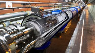 Der er gennem årene ofret et uset tocifret milliardbeløb på at genskabe Big Bang i forskellige gigantiske partikelaccelerator-er. Nu sættes der igen gang i historiens hidtil største og dyreste eksperiment i teoretisk fysik for at finde Higgs partikel. Her er det et billede af en Large Hadron Colider, LHC - en partikelaccelerator af gigantiske dimensioner i CERN, tæt ved Geneve i Schweiz.