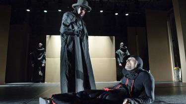 Helmut Müller og Sven Normann som to udstødte i hver deres tyske  rædselsperiode, som mødes i Theater Ramba Zamba forestilling 'Müller und Müller'.