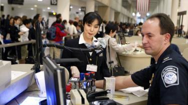 Passagerer kan ved landing i en hvilken som helst amerikansk lufthavn tilbageholdes på ubestemt tid uden at blive stillet for en dommer. Det er et af de tydeligste eksempler på, at vestlige regeringer og deres institutinoer gives beføjelser hinsides deres egentlige retslige og politiske grundlag i terrorbekæmpelsens navn.