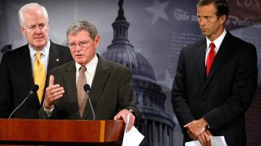 Den republikanske senator James Inhofe (i midten) har kaldt den globale opvarmning »det største bedrag, det amerikanske folk nogensinde er blevet udsat for.« Nu er han på vej til København for at repræsentere klimaskeptikerne og fortælle klimatopmødet, at det amerikanske forslag til klimalov vil blive bremset i Senatet.
