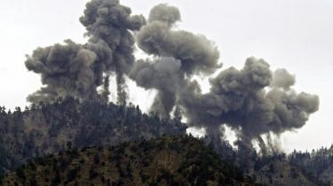 De amerikanske styrkers jagt på Osama bin Laden i Tora Bora bjergene i 2001 var ikke just en klapjagt. Færre end 100 kommandosoldater deltog i eftersøgningen, og de amerikanske styrker kontrollerede ikke vejene ind til Pakistan. I stedte nøjedes de hovedsaligt med at bombe bjergene.