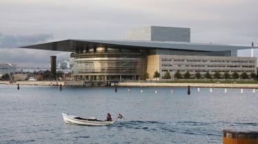 Flere kilder oplyser, at Henning Larsen i løbet af byggeriet af Operaen erklærede sig indforstået med facaden   med stållamellerne.