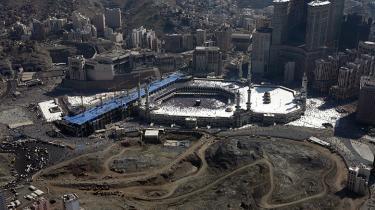 Der har været byggeboom i Mekka de senere år, og det truer byens mange kulturskatte, mener lokale kritikere. Her ses byggepladsen klos op og ned af Den Hellige Moske, islams helligste, som den så ud i 2008.