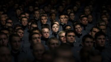 Den amerikanske præsident fik ros fra militær og kommentatorer for sin tale, hvor han i morges dansk tid fremlagde den ventede eskalering af de amerikanske styrker i Afghanistan. Men republikanerne bryder sig ikke om at Obama allerede har sat dato på, hvornår soldaterne skal begynde at rejse hjem igen