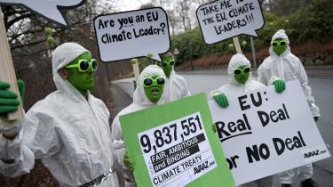 Aktivister fra organisationen Avaaz demonstrerer mod   EU's klimapolitik.