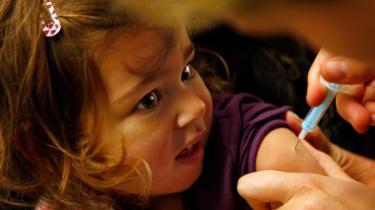 Skal man lade de små vaccinere? Mange ressourcestærke forældre mener nej, og det får især alternative behandleres rådgivning skylden for.