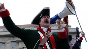 De amerikanske konservative græsrødder var mødt talrigt op for at fejre sig selv, da dokumentarfilmen 'Tea Party' havde premiere i Washington DC onsdag aften. Det festklædte opbud af frihedselskende patrioter var dog i det fredelige hjørne og begrænsede entusiasmen til  buhråb og klapsalver