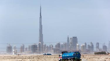 Ugen i finansverdenen var præget af ét spørgsmål: Hvad gik   galt i Dubai? Men skulle man hellere spørge, hvordan det så  længe kunne gå så godt for et land, hvis grundlag er en  kvart klan, en spand olie og utrolig meget sand