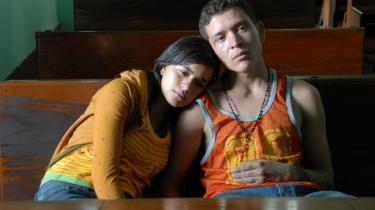 'Sin Nombre' er en nøgtern, næsten prosaisk film, der hverken sminker eller overdriver den barske virkelighed, hovedpersonerne lever i