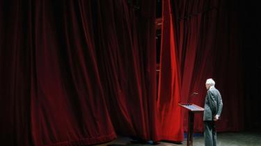 Med sit smædeskrift 'De skal sige tak!' har arkitekt Henning Larsen taget hul på et kapitel om Operaen, som den magtfulde Mærsk Mc-Kinney Møller næppe havde forventet. Men at Møller skriver videre på kapitlet, er til gengæld forventeligt, vurderer Ole Lange, professor i virksomhedshistorie og tidligere mangeårig erhvervmedarbejder på Information