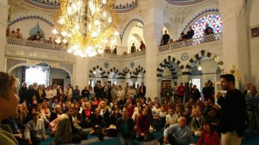 Sidste søndags folkeaftemning i Schweiz om minareter har ikke gjort de muslimske miljøer i Berlin voldsomt bekymrede. Byens 83 moskeer og bederum er ikke bastioner i en religiøs konflikt, men sociale, kulturelle og uddannelsesmæssige centre. Og med meget jordnære, dagligdags opgaver, viser en en rundtur, Information har været på i det muslimske Berlin