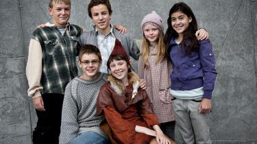 Holdet af børn, der spiller med i DR's julekalender 'Pagten', der tager udgangspunkt i Grundtvigs lære, ikke det med danskheden. Budskabet er nærmere, at Grundtvig mener, at mødet mellem mennesker, er det vigtigste. Forrest fra venstre ses Benjamin Engell i rollen som Malte og Karla Løkke i rollen som Lyda.