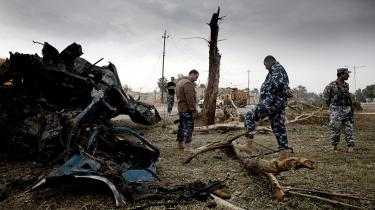 Sikkerhedsfolk undersøger resultatet af et bombeangreb i Bagdad mandag. Sikkerhedsapparatet er opdelt i Irak, hvor en del af styrkerne er styret direkte af premierminister Maliki selv. En splittelse, terrorister udnytter, og som betyder, at Maliki i øjeblikket mister opbakning.