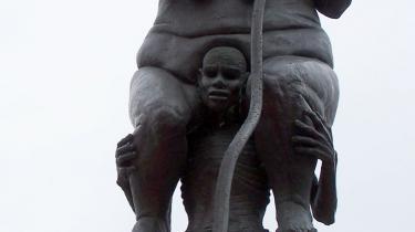 En sort mand er ved at segne under byrden fra Justitias vægt i Jens Galschiøts kobberskulptur 'Survival of the fattest', der står i Ringkøbing. En kopi blev kort inden klimatopmødet  opsat ved Den Lille Havfrue i København.