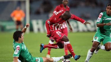 0-1. Det blev 0-1 til Bordeaux mod israelske Maccabi Haifa FC på Ramat Gan Stadium ved Tel Aviv i onsdags. Dermed har franskmændene fået en billet til knockoutrunden. Her er det Henri Saivet (th.) og Haifas Jorge Teixeira.