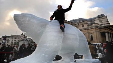 På klimatopmødet i København er der lagt op til det helt store pengeslagsmål, om hvem der skal tage regningen for den langsigtede klimaindsats og rejse penge, der blandt andet skal være med til at redde truede isbjørne. Et emne, der var i formet i is på Trafalgar Square i London.