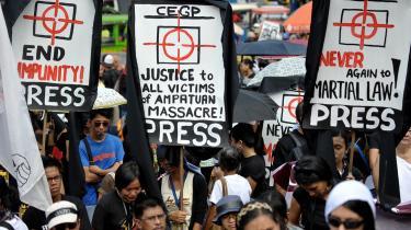 Demonstranter protesterede i sidste uge mod den militære undtagelsestilstand foran præsidentpaladset   i Manila. I lørdags ophævede præsident Arroyo så undtagelsestilstanden.
