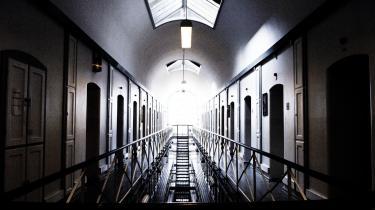 De enkelte fængsler kan for at forebygge strafbar virksomhed eller voldelig adfærd foretage en såkaldt 'udelukkelse fra fællesskabet', der i realiteten fungerer som isolation. Det vil SF, S og R gøre op med.