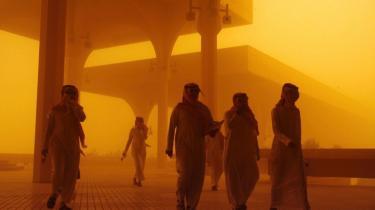 Saudier i en sandstorm i hovedstaden, Riyadh. Saudi-Arabien har gennem længere tid gjort sig til fortaler for, at klimaforandringerne ikke er menneskeskabte. For klimaet har jo forandret sig længe før der var mennesker, lyder argumentet.