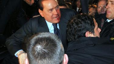 Silvio Berlusconi prøvede efter overfaldet søndag at tale til folkemængden.