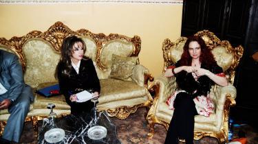 Gudrun Holck (t.h.) varmer op med studieværtinden, umiddelbart før hun skal synge på irakisk tv.