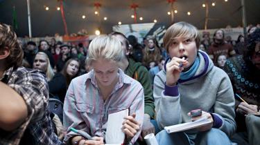 I et cirkustelt på Christiania diskuterede en flok aktivister forleden dagens aktion. En af talsmændene for den ikke-voldelige aktion, Tadzio Müller fra Climate Justice Action, blev i går anholdt, og sigtes for at planlægge vold mod politiet.