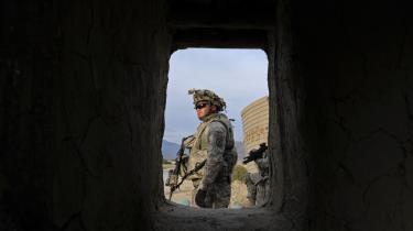 Amerikanske soldater i byen Kunar. Med troppeforstærkning-erne er også kommet en ny stra-tegi, hvor man håber en mere lempelig kurs over for lavere rangerende Taleban-krigere vil få dem til at vende sig fra oprøret.