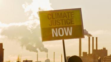 Aktivister med banner 'Klima retfærdighed - nu' foran H.C. Ørsted Værket vil nok af mange velærværdige borgere blive kaldt klimahysterikere.