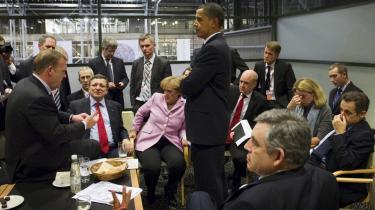 Her et kig ind i, hvad de troede var sidste fase fredag aften på top-mødet: Lars Løkke Rasmussen fremlægger en slagplan for (fra v.): EU's José Manuel Barroso, Tysklands Angela Merkel, USA's Barack Obama, Sveriges Fredrik Reinfeldt, Frankrigs Nicolas Sarkozy og Storbritanniens Gordon Brown (forrest med ryggen til). De øvrige er højtstående embedsmænd.