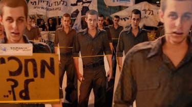 Som led i en demonstration, over at soldaten Gilad Schalit har v©°ret fange i over 1200 dage hos pal©°stinenserne, har man opstillet pap°©figurer i fuld st©™rrelse af ham op i Jerusalem.