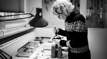 Når bogbinder Hanna Munch Christensen arbejder med at indbinde bøger, bruger hun sanser og følelser omkring bogens historie for at finde den rigtige ide til omslaget. Hanna Munch Christensen bidrager med to bøger til udstillingen 'Giv bog bind' på Kunstindustrimuseet.