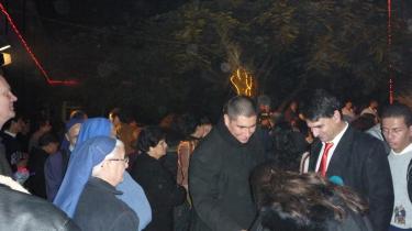 Fader Jorge, der kommer fra Argentina, taler med menigheden efter julemessen i Gaza. Et medlem af menigheden mener, at det ville gavne dem, hvis fader Jorge ville kommentere blandt andet de kristnes vilkår i området, men det gør han ikke.