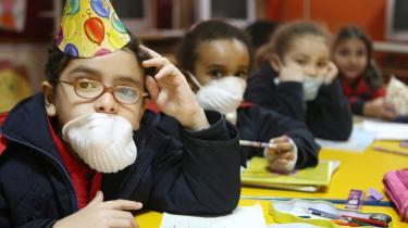 Egyptiske børn bærer maske for at undgå at blive smittet med H1N1-influenza. Da WHO i juni udråbte H1N1 til en pandemi, udløste det panik verden over, og selv om det har vist sig blot at være en mild influenza, har landene købt styrtende ind med H1N1-vaccine, og det har forgyldt medicinalindustrien.