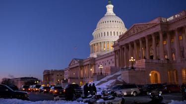 Der var usædvanlig travlhed ved the Capitol i Washington den 24. december, da medlemmerne af Senatet på stribe mødte op for at afgive deres stemme for eller imod Obamas sundhedsreform. Præsidenten selv er efterfølgende taget med sin familie på juleferie til Hawaii, men inden afrejsen kaldte han reformen for 'det vigtigste stykke lovgivning siden 1930'erne'.